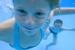 deux enfants sous l'eau