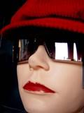 mannequin aux lunettes de soleil poster