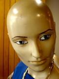 mannequin chauve au collier poster