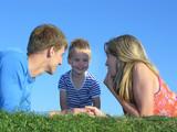 rodina na trávě tváře