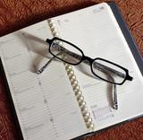 une paire de lunettes sur un agenda poster