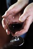 mains de femme tenant un verre de vin poster