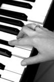 une main et  un piano poster