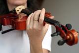 une main et un violon poster