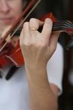 une main une femme un violon poster