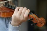 une main et son violon poster