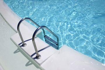 escalera en una piscina