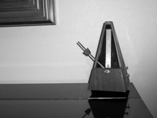 métronome, piano, et cadre de tableau