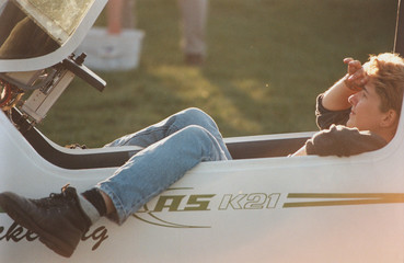 junge frau beobachtet himmel aus einem cockpit