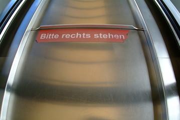 bitte rechts stehen