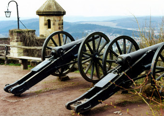 alte kanonen auf burghof