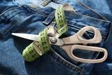 ciseaux mètre et jeans poster