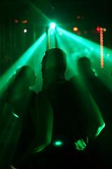 silhouetten von jungen tanzenden menschen