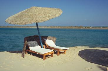 liegestühle mit sonnenschirm