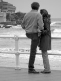 pareja mirando al mar poster