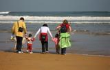 familia en la orilla del mar poster