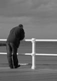 hombre mirando al mar poster