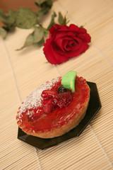 tartelette aux fraises avec une rose