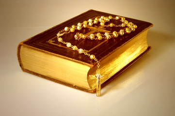 bibel mit rosenkranz