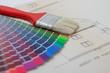 farbkarte und pinsel auf planzeichnung