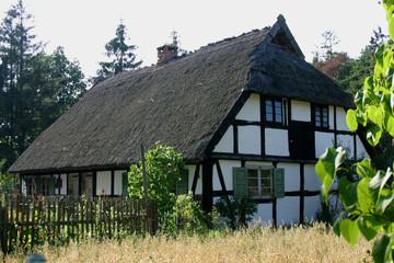 haus mit reeddach im narodowy park slowinski