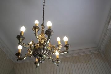 candelabro antiguo en cuarto