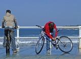 niños en bicicleta en el paseo marítimo poster