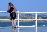 mujer mirando el mar poster