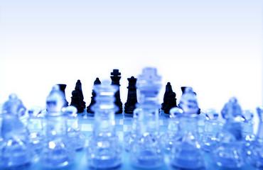 schachspiel, fokusiert auf schwarze spielfiguren