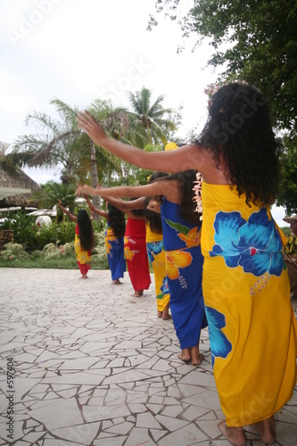 tahitian female dancers