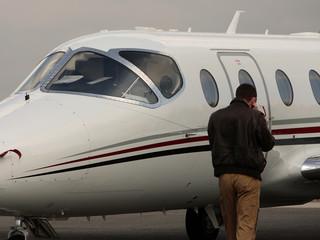 homme d'affaire devant son avion