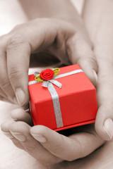 regalo y manos de sepia
