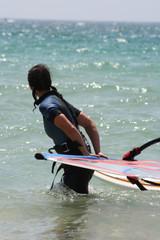 mujer windsurfista