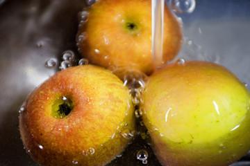 äpfel unter wasser
