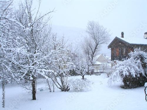Leinwandbild Motiv ancienne maison et arbres sous la neige