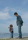 parent surveillant son enfant poster