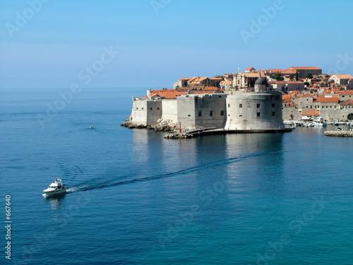 dubrovnik morze ściany i łódź widziana z hotelu