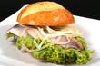 fischbrötchen mit salat und zwiebelringen