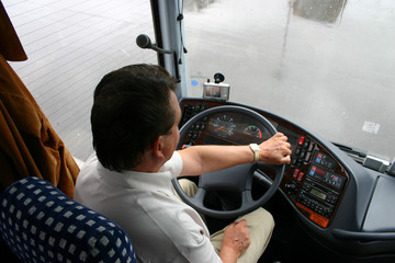 busfahrer bei regenwetter