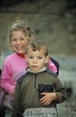 junge und mädchen in albanien
