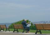 homme lisant son journal poster