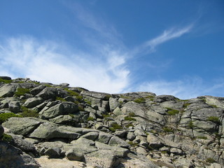 ciel bleu sur montagnes