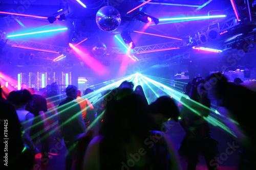 tanzende junge menschen - 784425