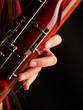 mano tocando un fagot