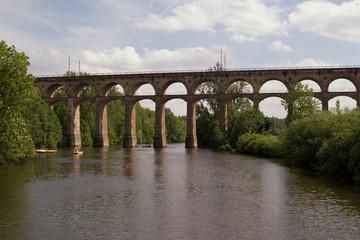 viadukt über einem fluß