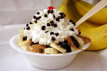 peanut butter banana slice sundae