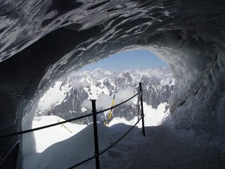 tunnel in gletsjer near the mont blanc