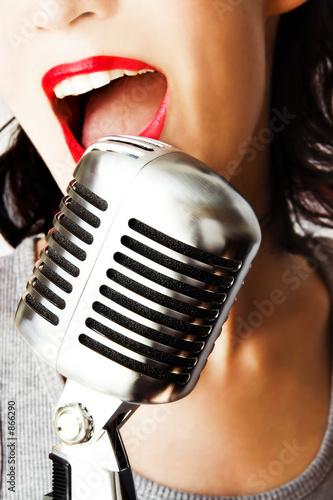 modny piosenkarz