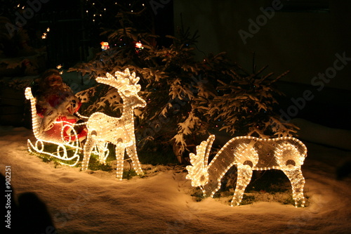 weihnachtsbeleuchtung vor dem haus von markus maidl lizenzfreies foto 902251 auf. Black Bedroom Furniture Sets. Home Design Ideas