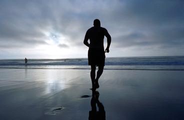 starker mann rennt zuversichtlich am strand